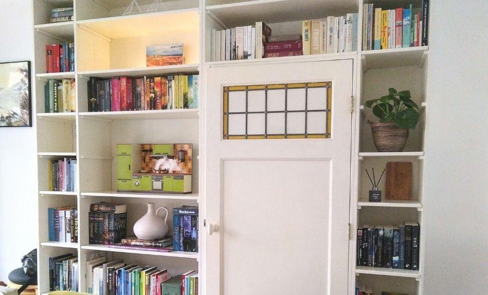 Ereplekje in boekenkast